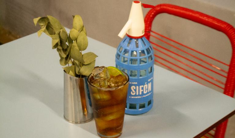 Sifón: la nueva sodería que combina  cócteles sodeados y gastronomía